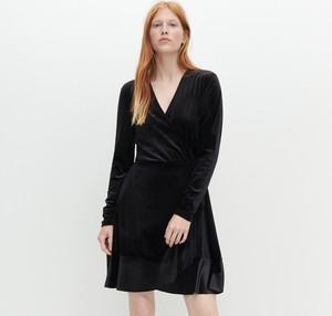 Czarna sukienka Reserved z długim rękawem z dekoltem w kształcie litery v