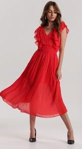 Czerwona sukienka Renee z dekoltem w kształcie litery v midi