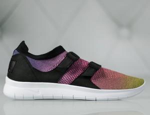 Buty sportowe Nike z klamrami w sportowym stylu