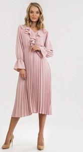 Różowa sukienka born2be midi z długim rękawem