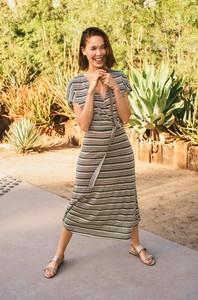 Sukienka ORSAY z dekoltem w kształcie litery v midi z krótkim rękawem