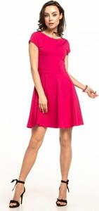 Różowa sukienka Tessita z okrągłym dekoltem z krótkim rękawem z dzianiny