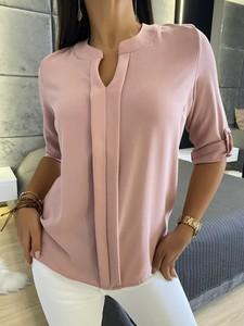 Różowa bluzka ModnaKiecka.pl z dekoltem w kształcie litery v w stylu casual