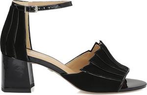 Sandały Kazar w stylu glamour z klamrami z zamszu