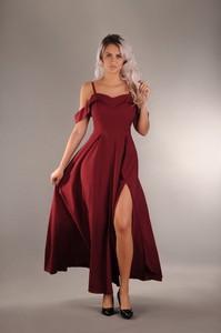 Czerwona sukienka Oscar Fashion rozkloszowana z dekoltem w kształcie litery v
