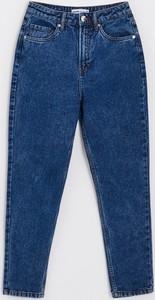 Granatowe jeansy Cropp w street stylu