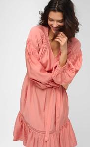 Różowa sukienka ORSAY z długim rękawem z dekoltem w kształcie litery v z tkaniny