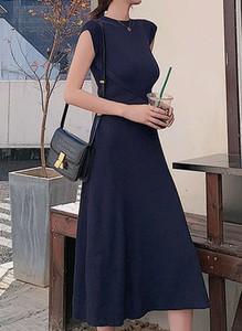 Czarna sukienka Arilook midi z okrągłym dekoltem