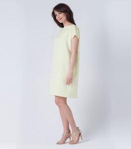 Żółta sukienka butik-choice.pl z okrągłym dekoltem midi