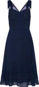 Sukienka Chi Chi London rozkloszowana z dekoltem w kształcie litery v