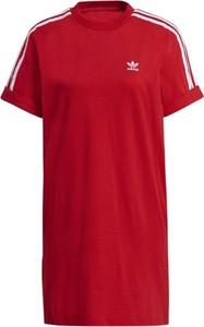 Czerwona sukienka Adidas z okrągłym dekoltem z krótkim rękawem