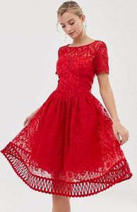 Sukienka Chi Chi London z okrągłym dekoltem