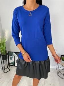 Niebieska sukienka ModnaKiecka.pl z długim rękawem trapezowa z okrągłym dekoltem