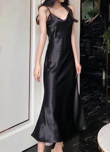 Czarna sukienka Arilook z dekoltem w kształcie litery v na ramiączkach midi