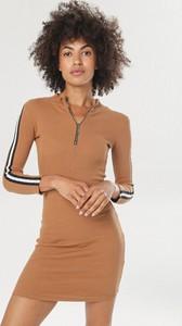 Sukienka born2be dopasowana z długim rękawem w stylu casual
