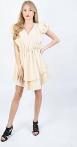 Sukienka Olika z dekoltem na plecach z krótkim rękawem
