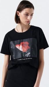 Czarny t-shirt Cropp z nadrukiem z krótkim rękawem w młodzieżowym stylu