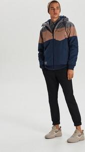 Granatowa kurtka Cropp w młodzieżowym stylu