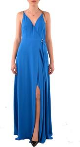 Sukienka Guess z dekoltem w kształcie litery v maxi