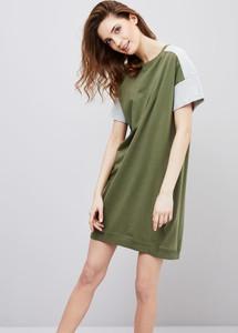 Zielona sukienka moodo.pl z krótkim rękawem z dzianiny do pracy