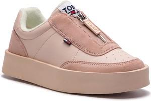 Różowe trampki Tommy Jeans w młodzieżowym stylu na platformie