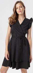 Sukienka born2be rozkloszowana z dekoltem w kształcie litery v w stylu casual