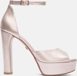 Złote sandały Kazar ze skóry na szpilce