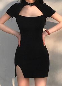 Czarna sukienka Arilook w stylu casual dopasowana z krótkim rękawem