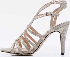 Złote sandały Monnari ze skóry z klamrami