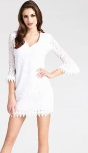 Sukienka Guess dopasowana z bawełny w stylu casual