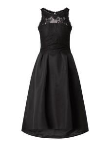 Czarna sukienka Chi Chi London rozkloszowana bez rękawów z okrągłym dekoltem