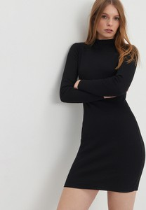Czarna sukienka House mini z golfem dopasowana