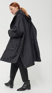 Czarny płaszcz Reserved w street stylu