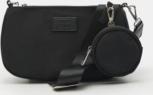 Czarna torebka Sinsay z breloczkiem matowa na ramię