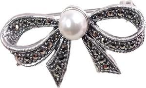 Braccatta MIRA Srebrna broszka markazyty perła kokarda mała
