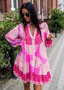 Różowa sukienka Fason z dekoltem w kształcie litery v