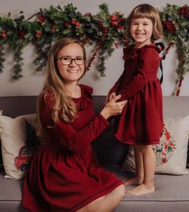 Czerwona sukienka Vanilove w bożonarodzeniowy wzór z bawełny