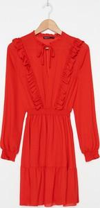 Czerwona sukienka House z żabotem z długim rękawem mini