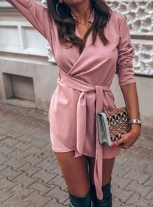 Różowa sukienka Pakuten w stylu casual z dekoltem w kształcie litery v z bawełny