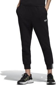 Czarne spodnie sportowe Adidas z tkaniny z nadrukiem