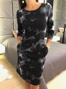 Czarna sukienka ModnaKiecka.pl z okrągłym dekoltem mini z długim rękawem