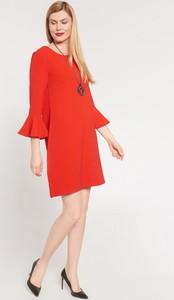 Czerwona sukienka QUIOSQUE z okrągłym dekoltem prosta