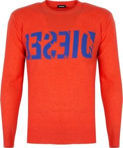 Czerwony sweter ubierzsie.com w młodzieżowym stylu z wełny