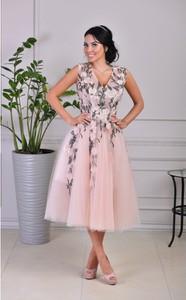 66e9e21614 Różowa sukienka by Katie z dekoltem w kształcie litery v rozkloszowana