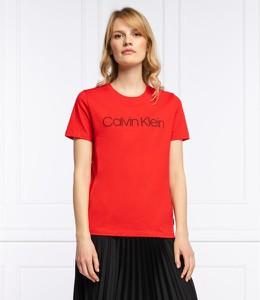 Czerwony t-shirt Calvin Klein w młodzieżowym stylu