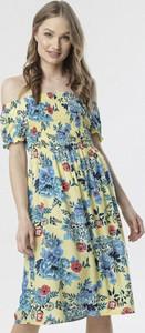 Sukienka born2be z odkrytymi ramionami w stylu casual