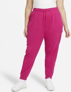 Różowe spodnie sportowe Nike w sportowym stylu