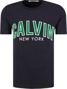 Czarny t-shirt Calvin Klein w młodzieżowym stylu z bawełny