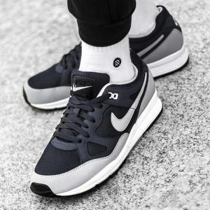 Granatowe buty sportowe Nike w sportowym stylu