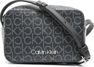 Torebka Calvin Klein średnia w młodzieżowym stylu z nadrukiem